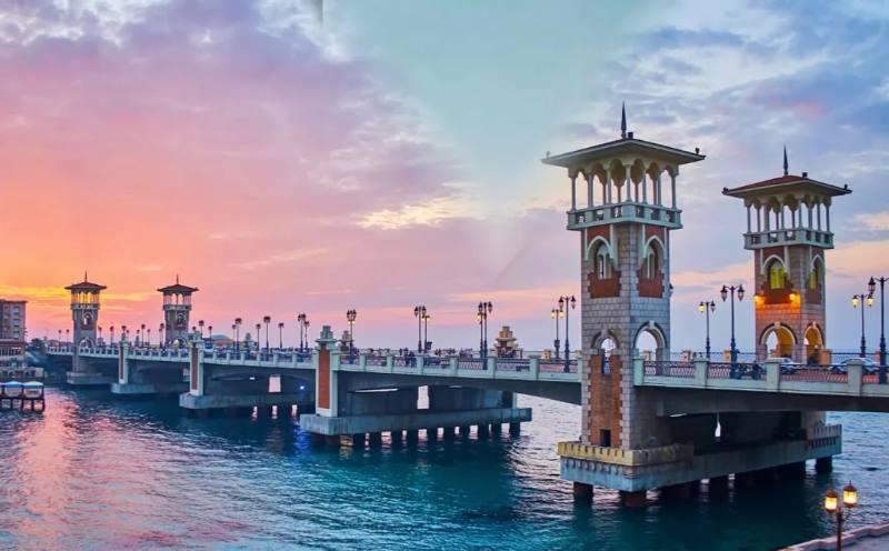 известный мост находится практически в центре города