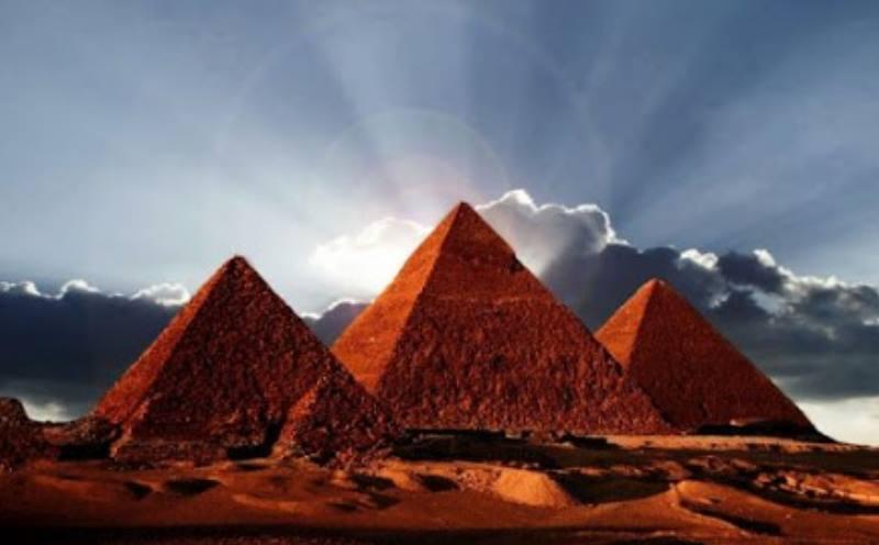 пирамида дальним планом