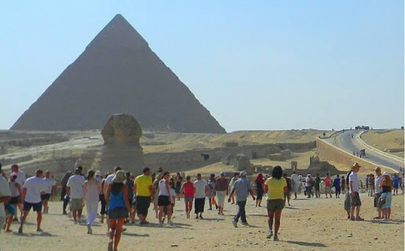На голове у сфинкса стандартный головной убор египтянина